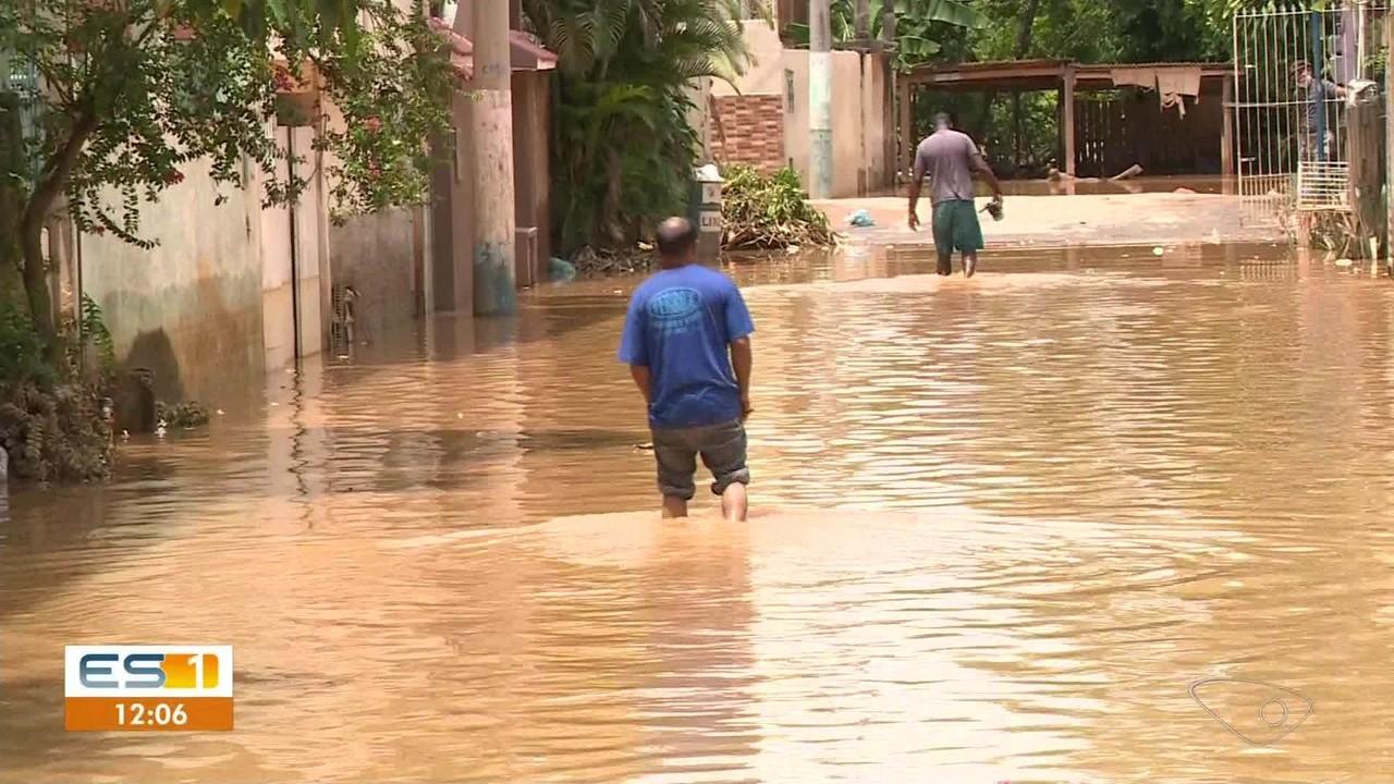 Rio Itabapoana volta a subir e alaga ruas de Bom Jesus do Norte, no ES