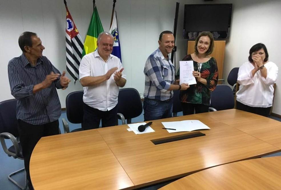 Projeto de autoria da vereadora Juliana Damus proibindo soltura de fogos em Araraquara é assinado pelo prefeito Edinho Silva — Foto: Divulgação/Celso Luís Gallo/Secom
