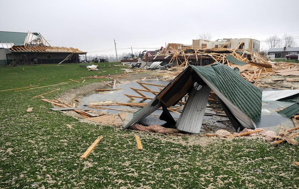 Danos causados pela tempestade em Ohio neste domingo (14). — Foto: Tom E. Puskar/AP