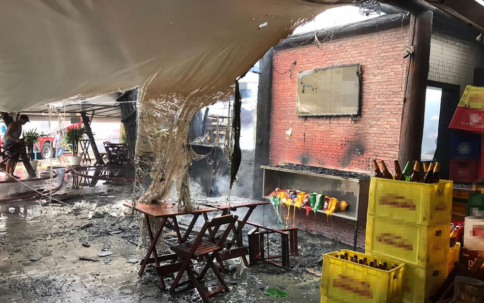 Bar atingido por incêndio nesta segunda (2), no bairro do Imbuí, em Salvador — Foto: Renan Pinheiro/TV Bahia