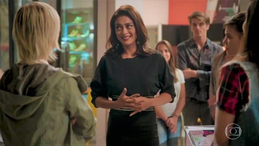 Carol (Juliana Paes) fica emocionada ao se despedir da equipe — Foto: TV Globo