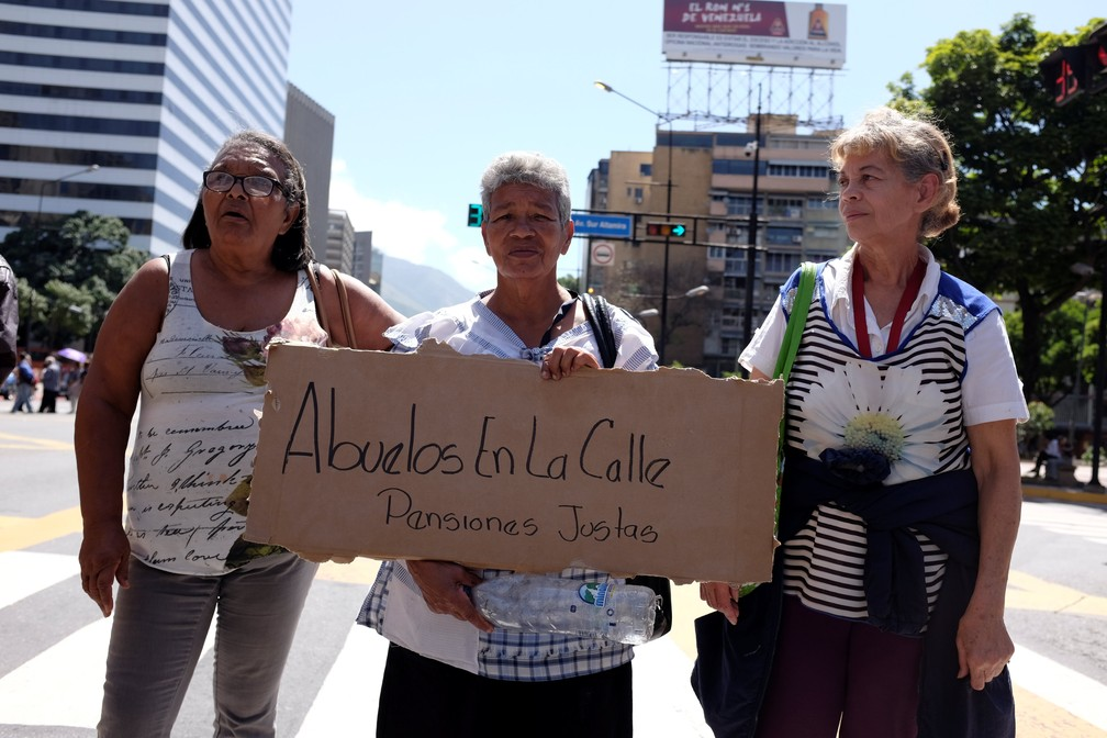 Aposentados protestam pelo pagamento de benefícios em Caracas, Venezuela, neste sábado (1). (Foto: Reuters/Marco Bello)