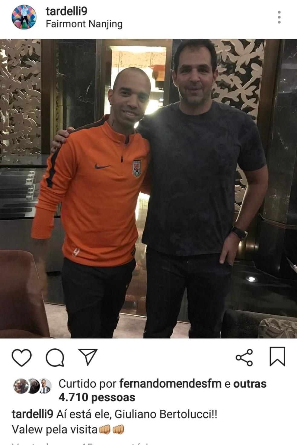 Diego Tardelli e Giuliano Bertolucci durante passagem do atacante pelo futebol chinês — Foto: Reprodução/Internet