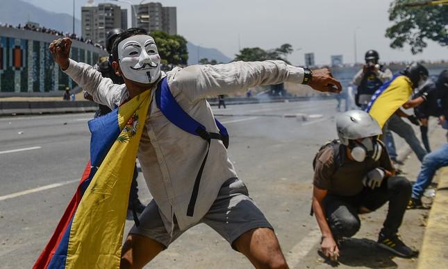 Manifestante contrário a Maduro atira pedra em Caracas