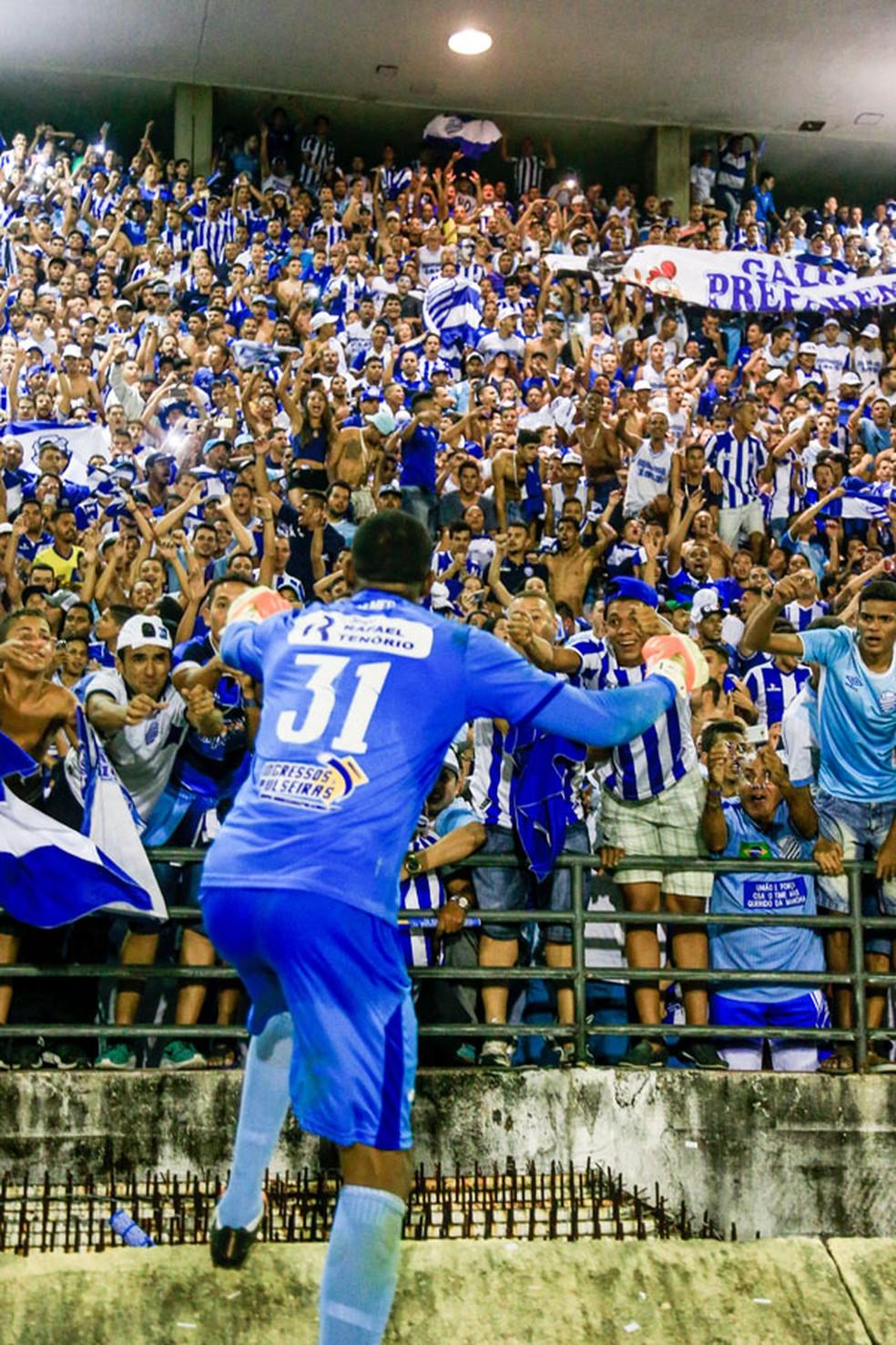 Mota comemora o acesso com a torcida do CSA (Foto: Ailton Cruz/Gazeta de Alagoas)