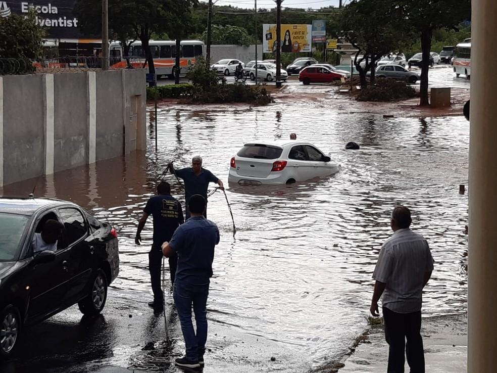 Carro quase ficou encoberto pela água na Avenida Pedro de Toledo em Bauru — Foto: Arquivo pessoal