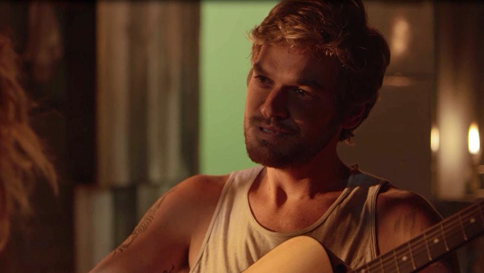 Beto/Miguel surpreende ao cantar uma música para Luzia (Foto: TV Globo)
