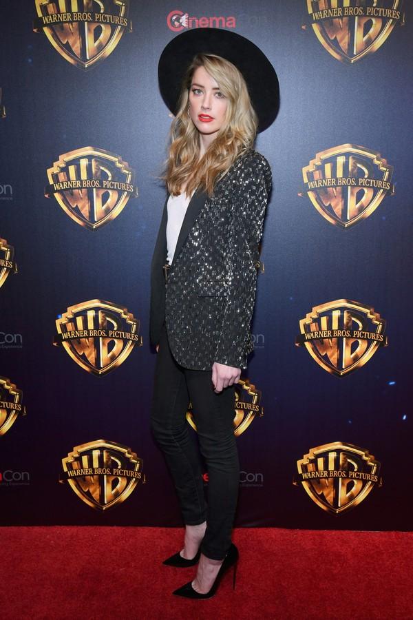 Amber Heard de Saint Laurent no tapete vermelho. (Foto: Getty Images)
