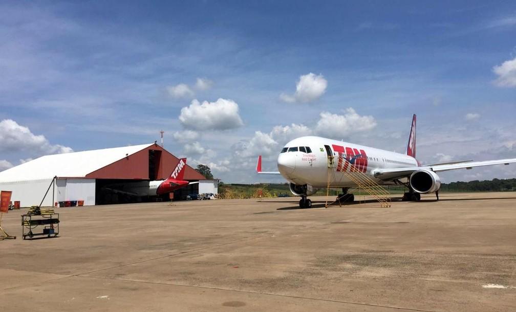 Avião da Latam no aeroporto de São Carlos — Foto: Fabiana Assis/G1