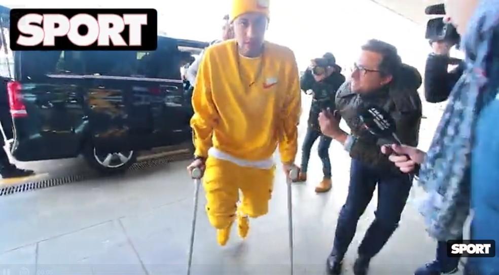 Neymar chegou a aeroporto utilizando muletas — Foto: Reprodução/Sport
