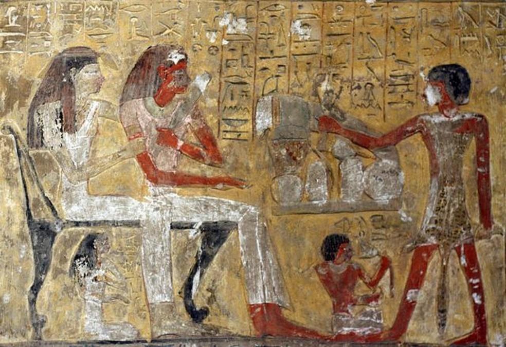 Representações bidimensionais também apresentam o mesmo tipo de danos, como nesta, da 19ª Dinastia, por volta de 1200 a.C., em homenagem ao deus Ptah — Foto: Getty Images/Via BBC