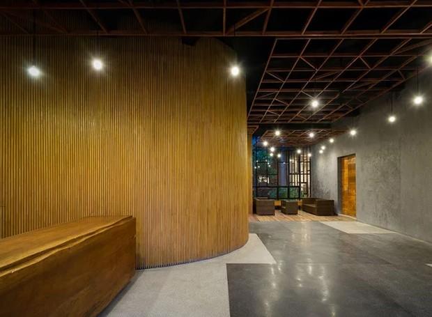 A recepção do hotel também é feita a partir das ripas de madeira (Foto: Quang Dam/ Designboom/ Reprodução)