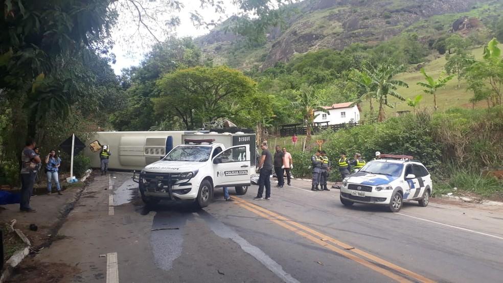 Polícia Militar e Civil estiveram no local do acidente, em Cachoeiro de Itapemirim — Foto: Leandro Manhães / TV Gazeta