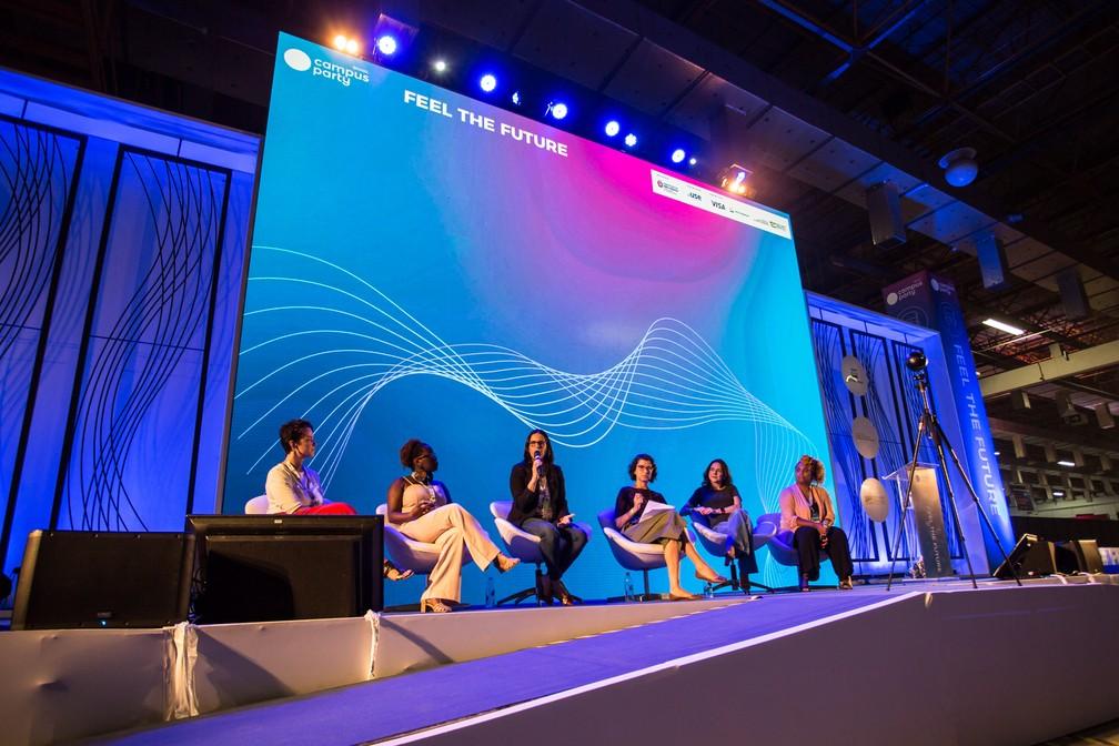 Mulheres falam na palestra 'Mudança organizacional e os desafios da equidade de gênero', no palco Feel The Future, o principal da Campus Party 2019 — Foto: Fábio Tito/G1