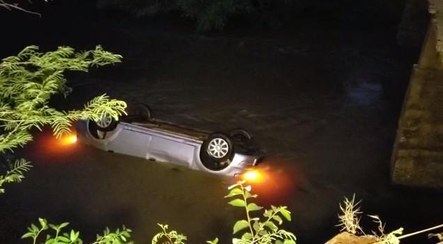 Carro cai de ponte, e homem e bebê de sete meses morrem, em Salto do Lontra