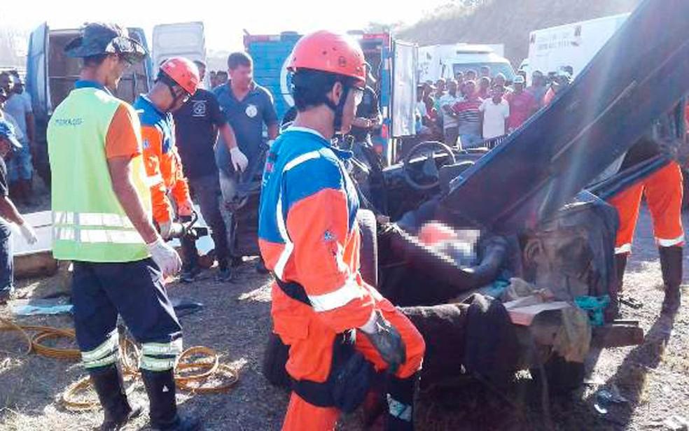 Carro foi atingido por carreta, rodou na pista, invadiu faixa contrário e bateu de frente com outra carreta (Foto: Aldo Matos/Acorda Cidade)