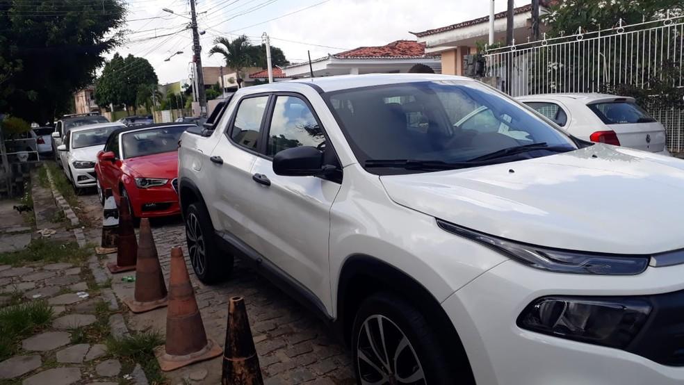 Carros avaliados em até R$ 600 mil foram apreendidos e levados à delegacia com homem apontado como gerente de organização criminosa do estado de Goiás. — Foto: PM/Divulgação