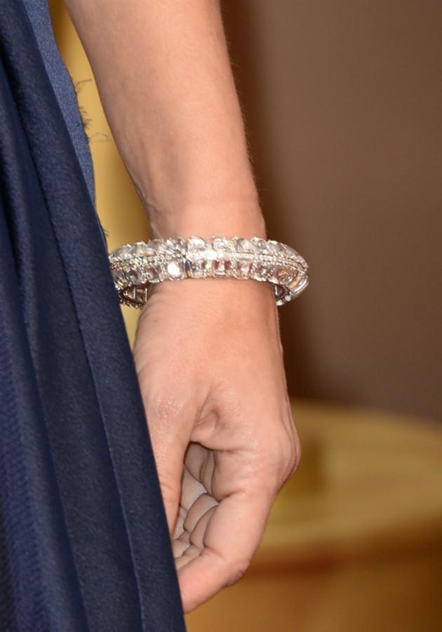 Detalhe da pulseira de Sandra Bullock, usada no Oscar de 2014 (Foto: Getty)