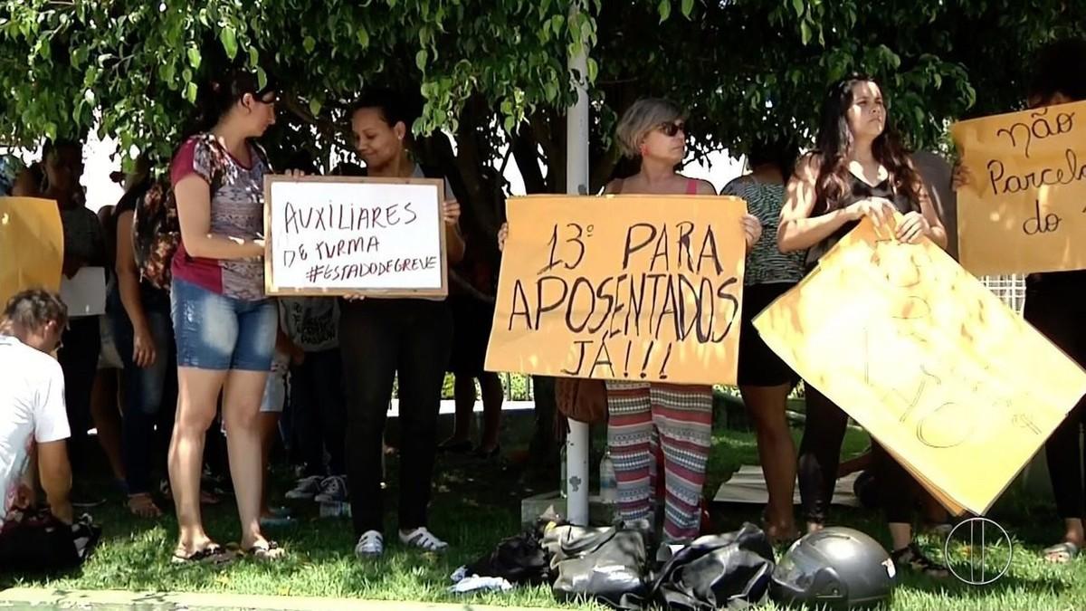 Servidores públicos municipais protestam contra atraso e parcelamento do 13º salário em Campos, no RJ