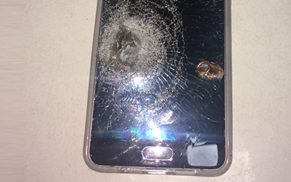 Impacto destruiu aparelho (Foto: Reprodução Voz Da Comunidade)