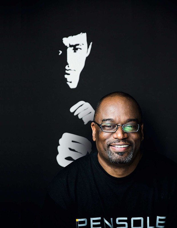 D'Wayne Edwards, former footwear design director for Jordan Brand, a division of Nike Inc., works on his computer in front of a mural and quote from the infamous Bruce Lee at the school he founded, the Pensole Footwear Design Academy in Portland, on Tuesd (Foto: Marcus Yam)