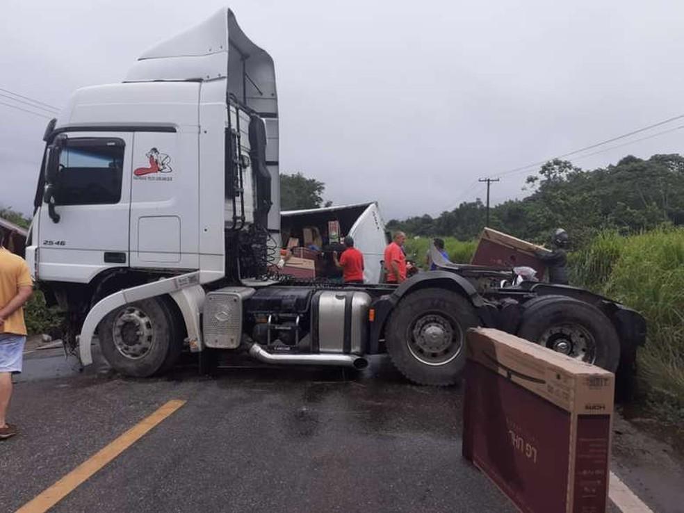 Caminhão tomba e carga de 399 televisores é saqueada na BR-010, no Pará — Foto: Repordução/ TV Liberal
