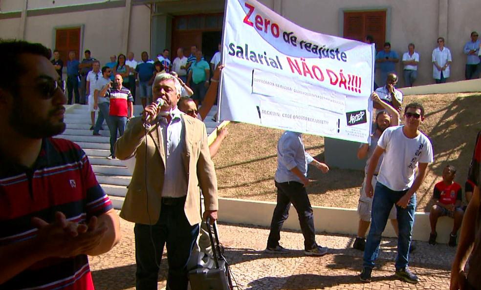 Deputado usou microfone e interrompeu fala de secretário (Foto: Wilson Aiello/EPTV)