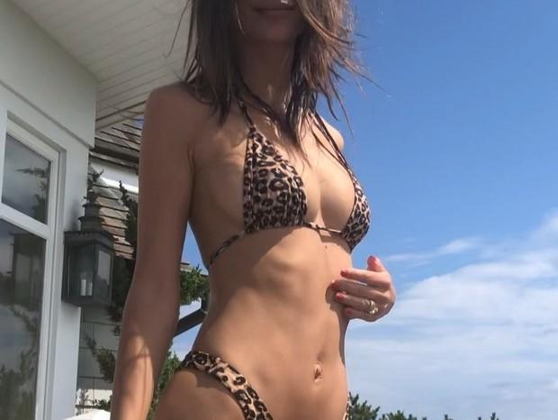 Emily Ratajkowski mostrou as cruvas (Foto: Reprodução Instagram)