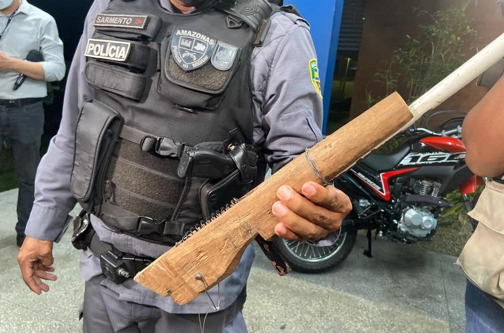 Arma usada no crime foi apreendida pela polícia. — Foto: Patrick Marques/G1 AM