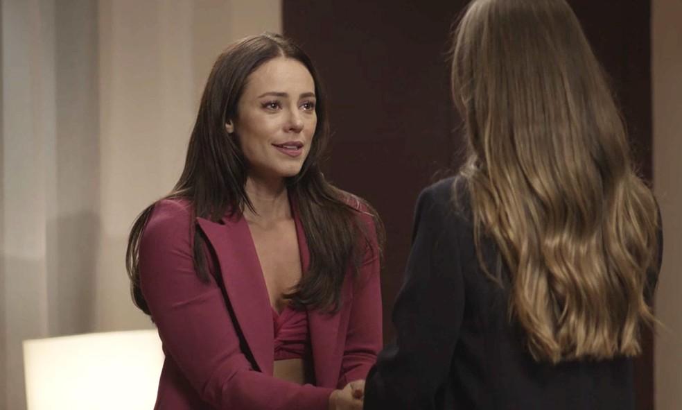 Vivi Guedes (Paolla Oliveira) pede que Fabiana (Nathalia Dill) a acoberte para último encontro com Chiclete (Sergio Guizé) em 'A Dona do Pedaço' — Foto: Globo