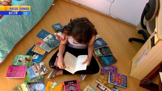 'Fico mais criativa com as leituras', diz menina de 12 anos que já leu 240 livros