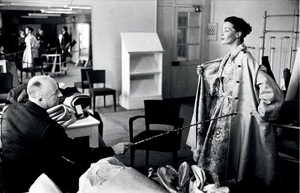 Ucha Meirelles Alta-Costura - (Christian Dior  em seu ateliê em 1952) (Foto: Getty Images)