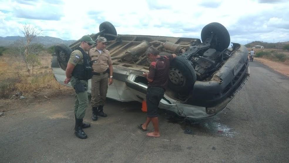 Veículo após capotar em Jataúba — Foto: Ney Lima/Reprodução