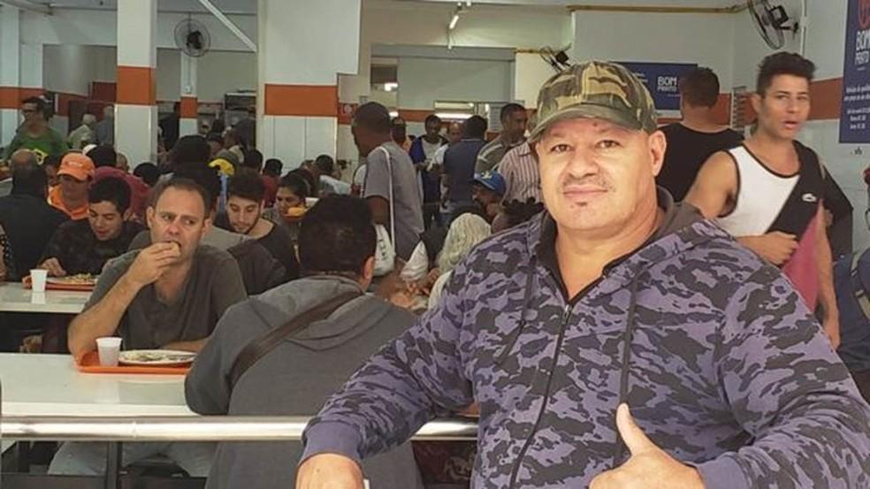 Aramis, segurança há 17 anos, tem a missão de evitar tumultos em 1900 refeições diárias — Foto: BBC Brasil