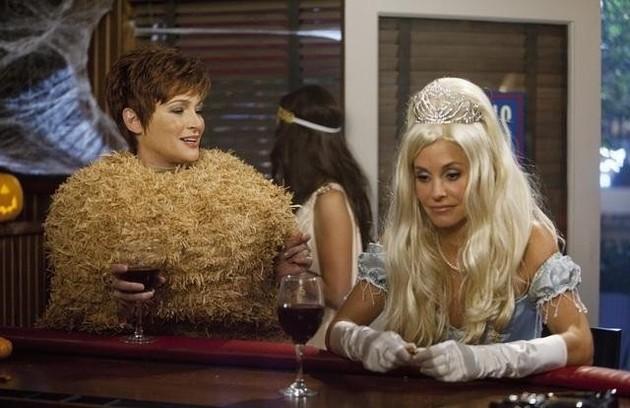 E que tal loura? Deu para ter uma ideia de como a atriz ficaria neste episódio de 'Cougar Town' (Foto: Divulgação)