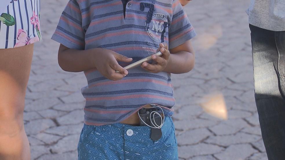 Aparelho ligado ao corpo de criança com diabetes libera insulina aos poucos, de acordo com a necessidade do organismo — Foto: TV Globo/Reprodução