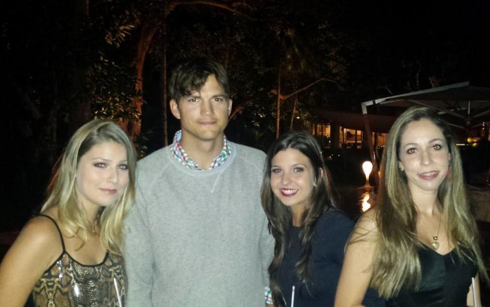 Ao lado das amigas, Marina Ozorio fez foto com o astro internacional Ashton Kutcher — Foto: Marina Ozorio/Arquivo Pessoal