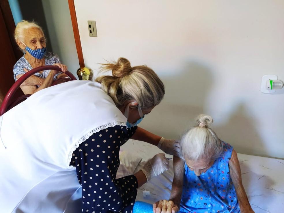 Francisca Candida de Paula, de 107 anos, foi a primeira a ser vacinada em Fernandópolis  — Foto: Divulgação/Prefeitura de Fernandópolis