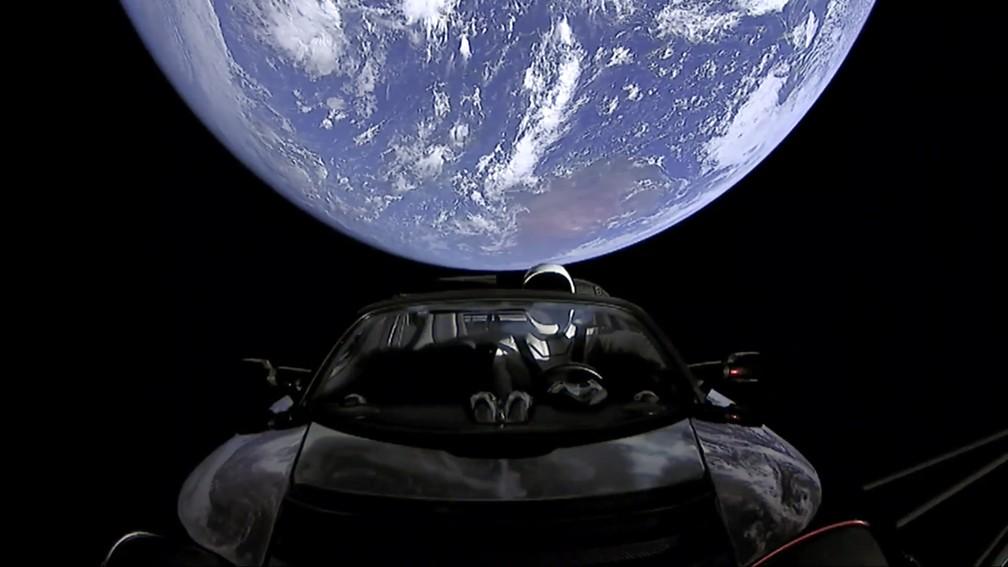 Em 2018, SpaceX enviou Tesla Roadster para o espaço — Foto: SpaceX via AP