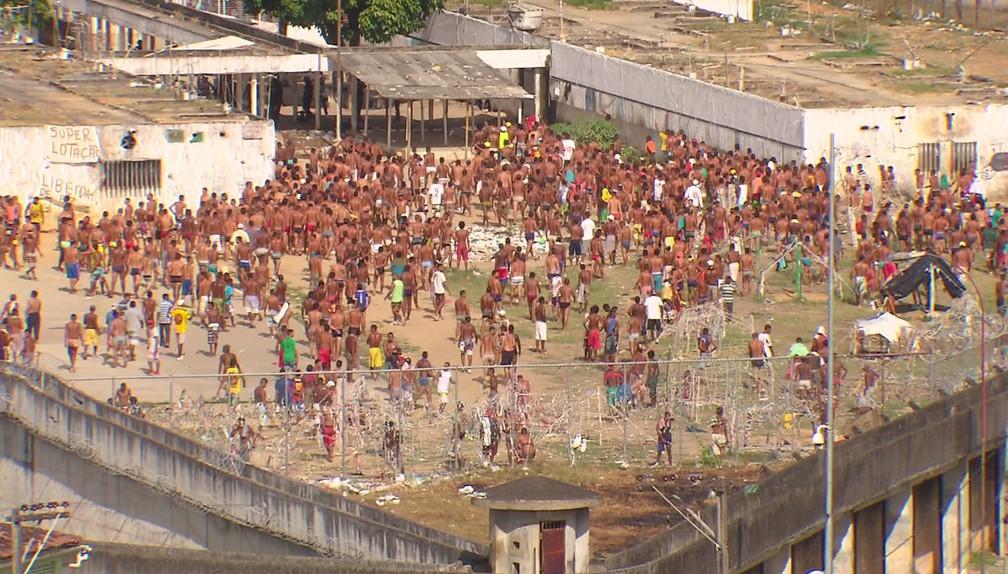 Presos lotam pátio de penitenciária em Pernambuco; faixa exibida pelos detentos fala de superlotação (Foto: Acervo/TV Globo)