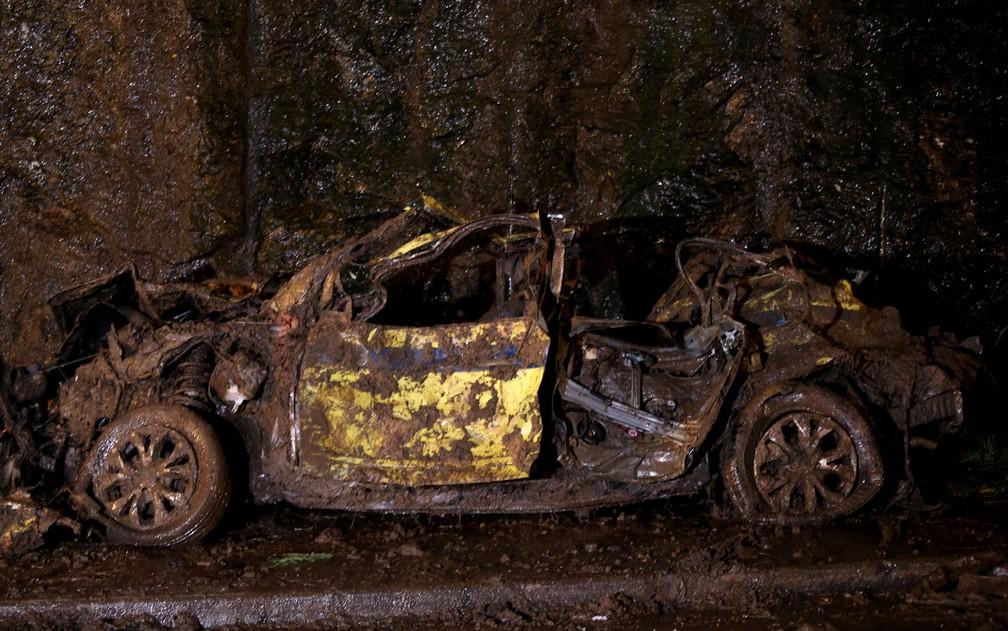 Táxi em que estavam avó, neta e motorista foi retirado da lama pelos bombeiros após deslizamento — Foto: Wilton Junior/Estadão Conteúdo