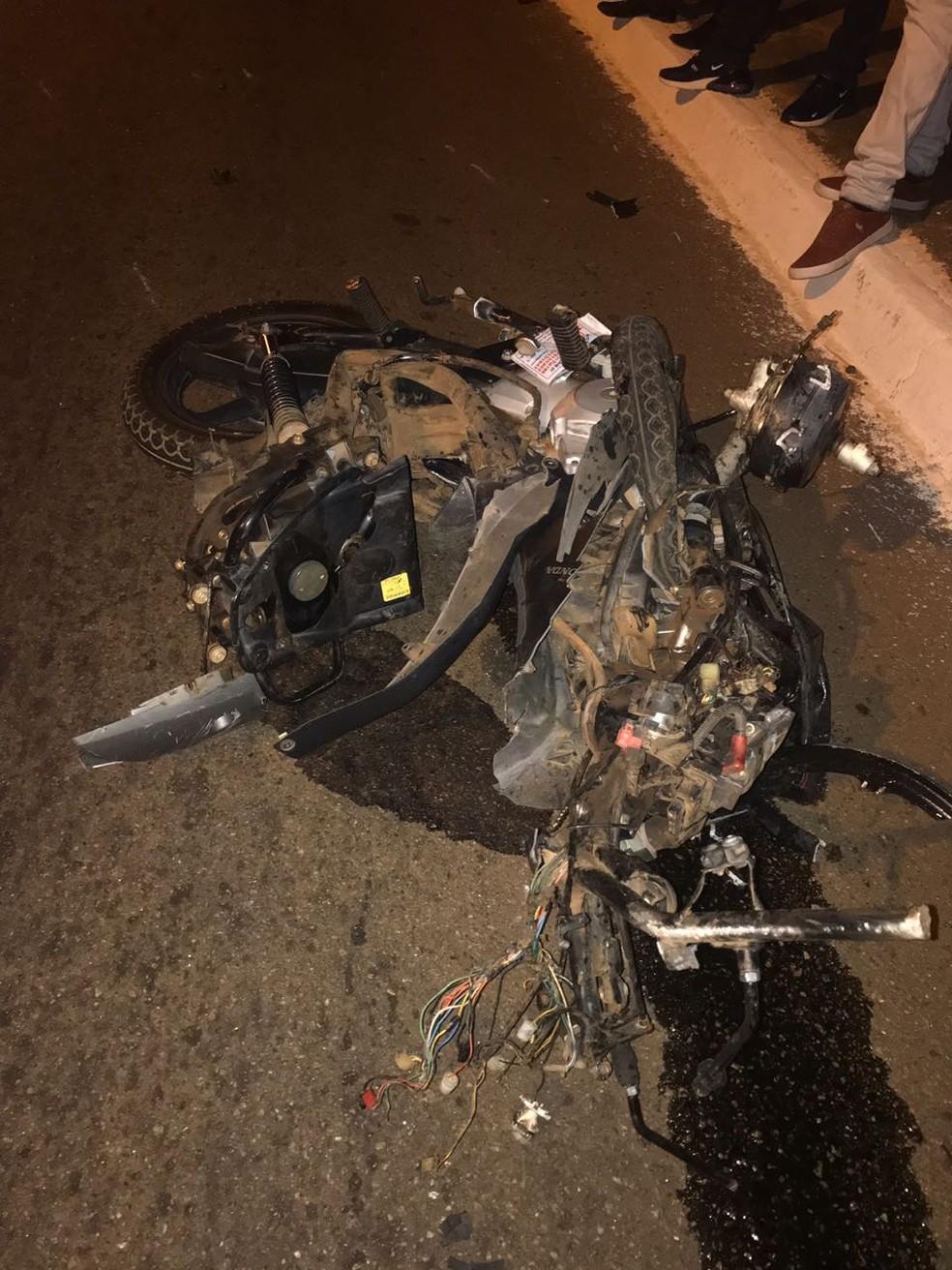Motocicleta ficou destruída após bater em carro (Foto: Divulgação)
