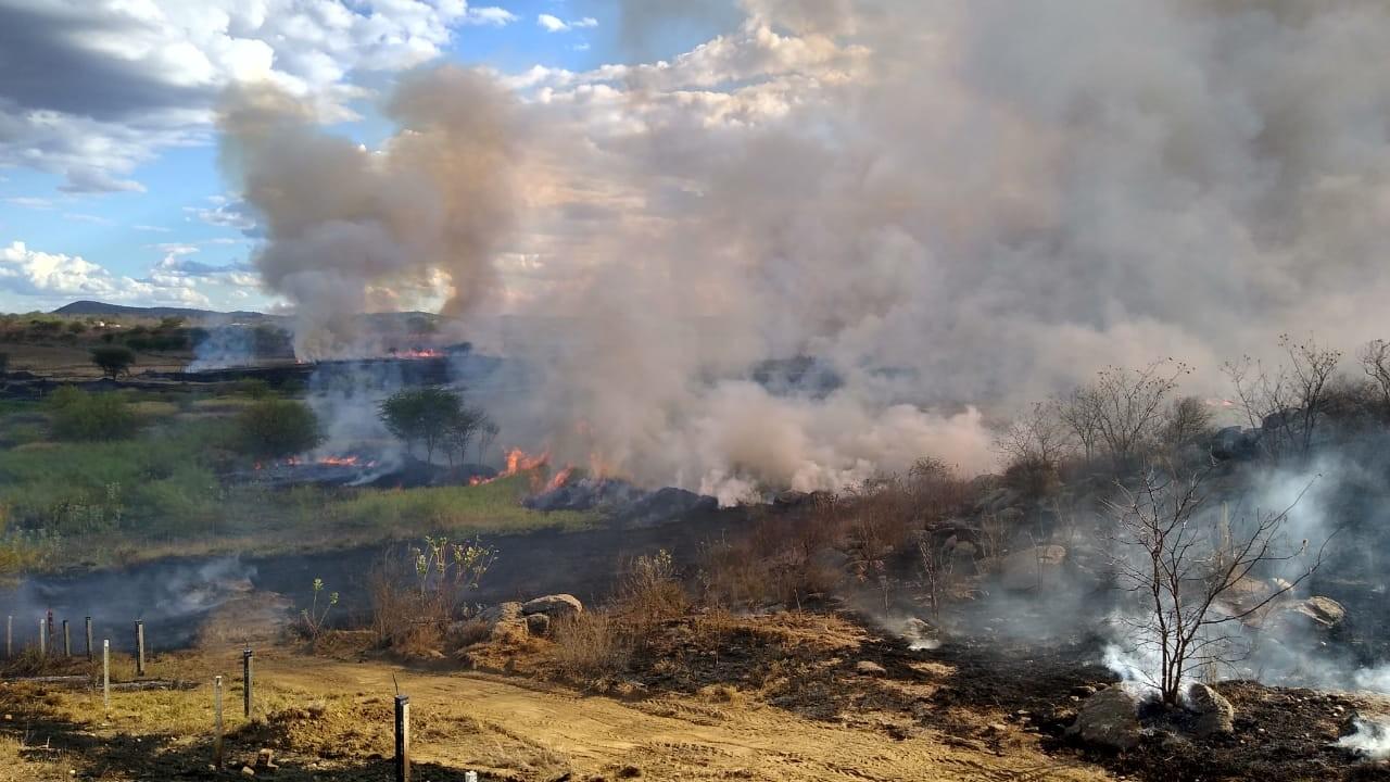Incêndio atinge zona rural de Monteiro, na Paraíba - Notícias - Plantão Diário