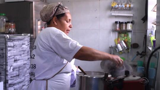 Cozinheira de sopão para moradores de rua conta história de superação no 'Posso Entrar?'