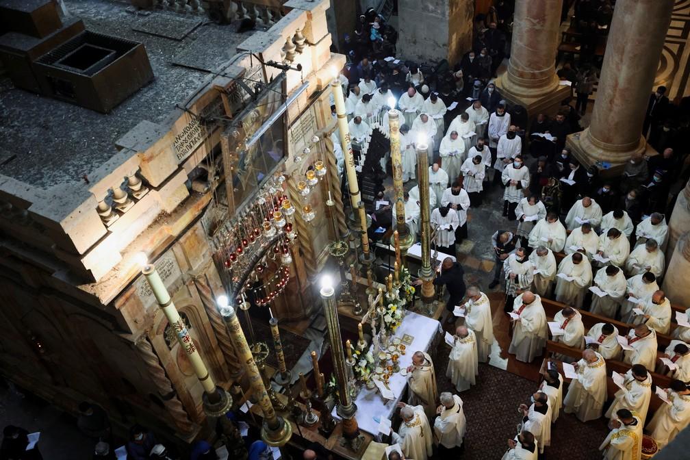 Fieis participam da celebração da Via-Sacra na Igreja do Santo Sepulcro, em Jerusalém — Foto: Reuters/Ammar Awad
