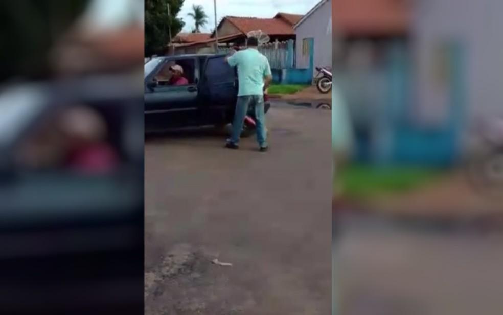 Imagem mostra momento em que mulher pede socorro, em São Simão, Goiás — Foto: Reprodução/TV Anhanguera