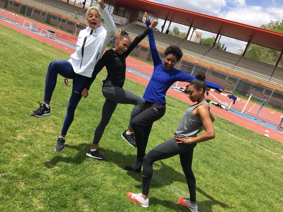 A triplista brasileira Núbia Soares (de azul) com as colegas de treino, como Yulimar Rojas (de branco), em Guadalajara, na Espanha — Foto: Arquivo pessoal