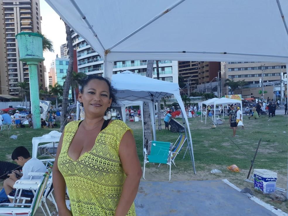 Ana Cláudia Silva, 45, chegou às 6h para garantir um bom lugar na festa de réveillon. — Foto: Bárbara Câmara