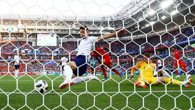 Gary Cahill, da Inglaterra, tira a bola em cima da linha e evita o gol da Bélgica