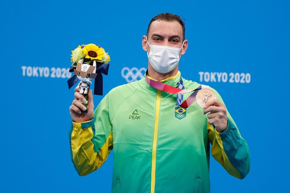 Fernando Scheffer com a medalha de bronze no pódio em Tóquio usando agasalho do Time Brasil — Foto: Satiro Sodré/SSPress/CBDA